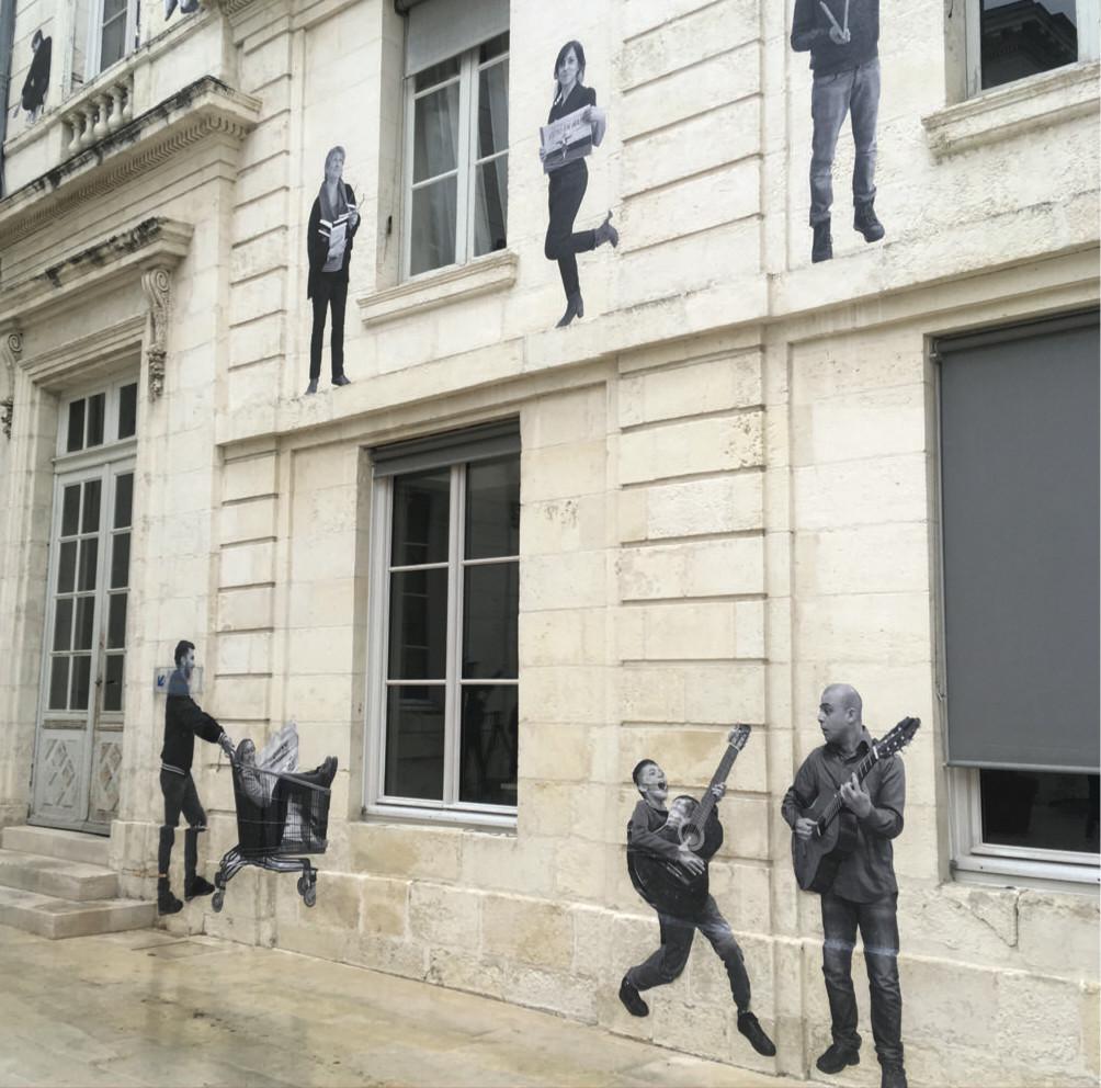 Collages sur les murs de la Préfecture de Charente-Maritime.